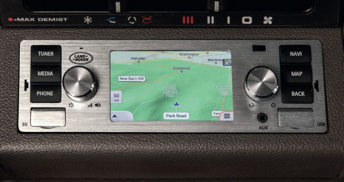 LR114720 - Land Rover Classic Infotainment System in Silver
